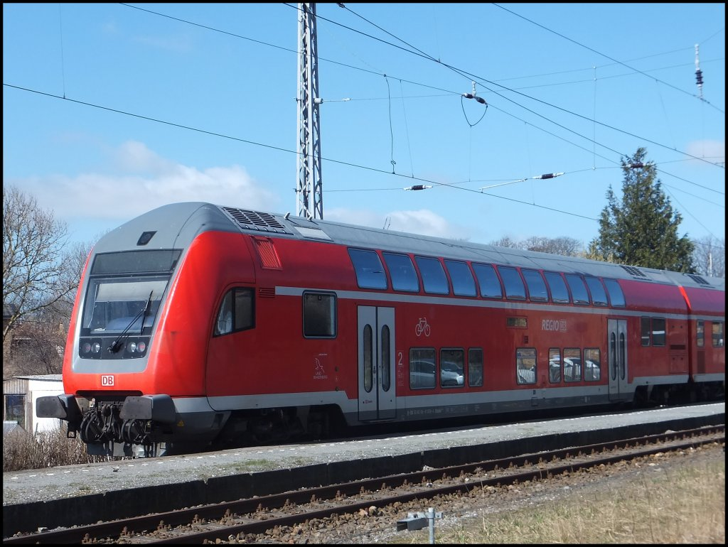 Steuerwagen des RE9 nach Rostock HBF. in Lancken am 20.04.2013