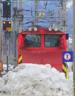 Anders gesehen/182304/das-sieht-aus-als-haette-der Das sieht aus, als hätte der Schneepflug den Schnee auf den Bahnsteig geschoben. In Wirklichkeit war es der kleine Straßenpflug, da der im Bild ja nur für die Strecke dient. Aufgenommen am 25.2.2012 in Wörgl Hbf. Im Hintergrund links noch das Ausfahrtssignal ('Fahrt/Halt erwarten') für OIC 862.