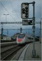 etr-610/184130/sbb-etr-610-von-milano-nach SBB ETR 610 von Milano nach Basel beim Halt in Spiez. 29. Juni 2011